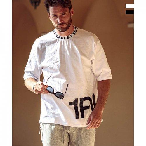 1PIU1UGUALE3 RELAX/ウノピゥウノウグァーレトレ-ワイドネックロゴ半袖Tシャツ-