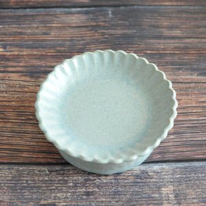 ヤガミサヨ / 花紋高台皿 (ドロマイト釉)