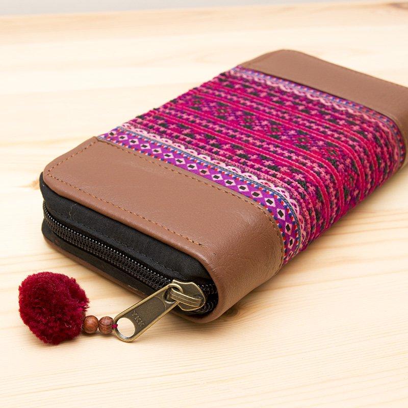 画像2:モン族刺繍の長財布(エンジ色)/レザー調/ラウンドファスナータイプ