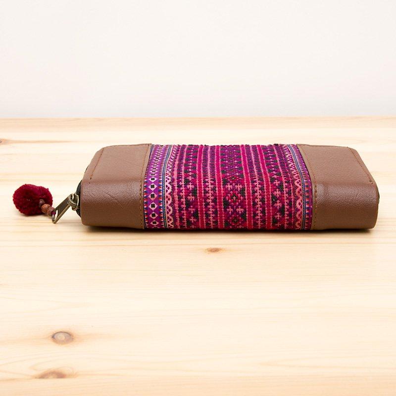 画像3:モン族刺繍の長財布(エンジ色)/レザー調/ラウンドファスナータイプ