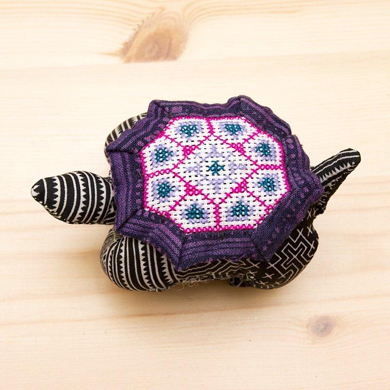 画像2:モン族刺繍のピンクッション(亀)/ろうけつ染め風/タイ雑貨