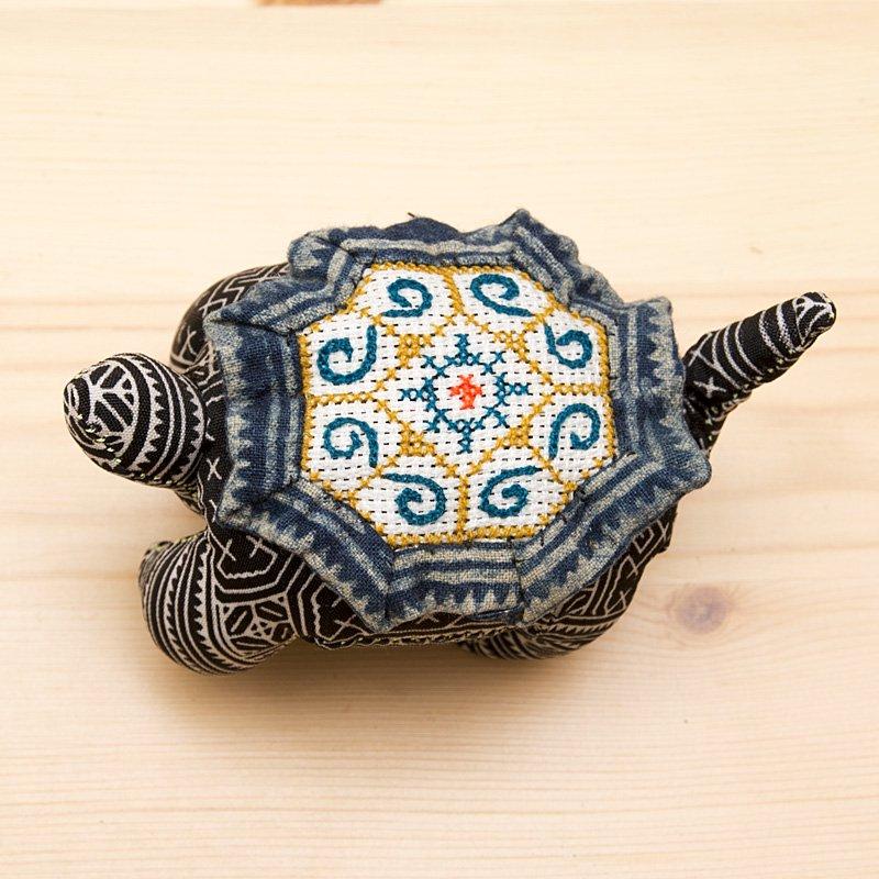 画像2:モン族刺繍の亀さんピンクッション/ろうけつ染め風/タイ雑貨