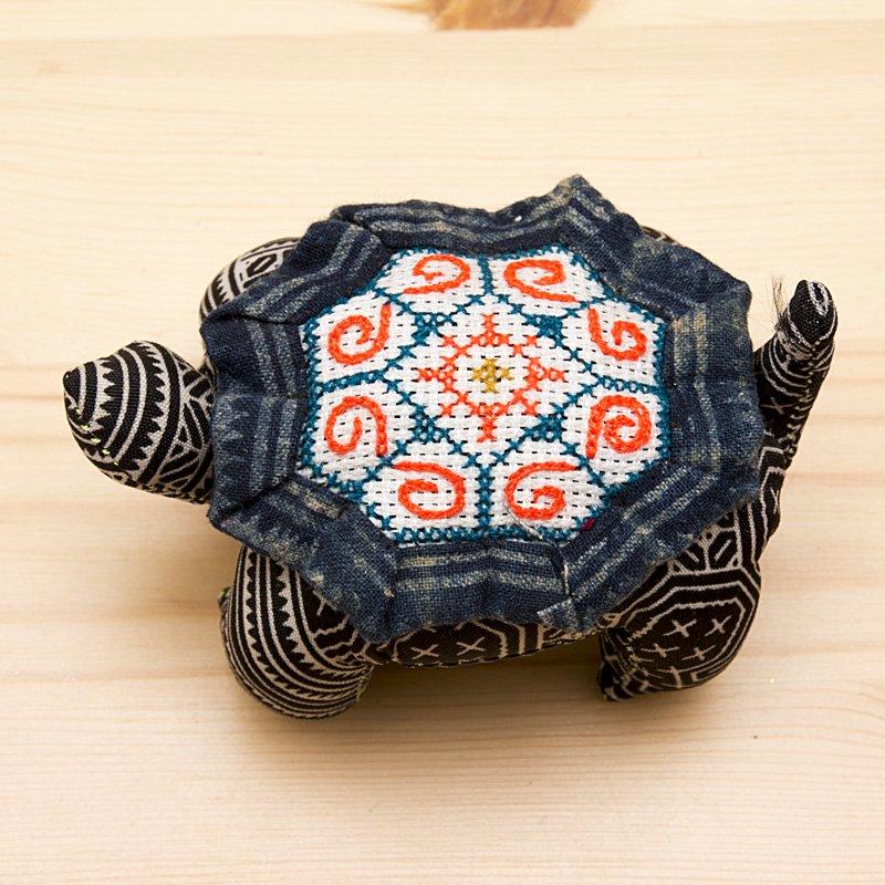 画像2:モン族刺繍 亀さんの針山/ろうけつ染め風/タイ雑貨