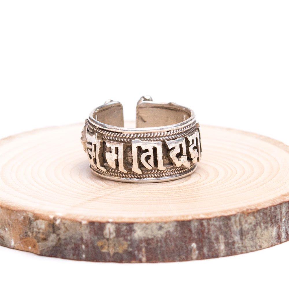 【チベット密教仏具】ドルジェ(金剛杵)と真言が刻まれた重厚なシルバーリング