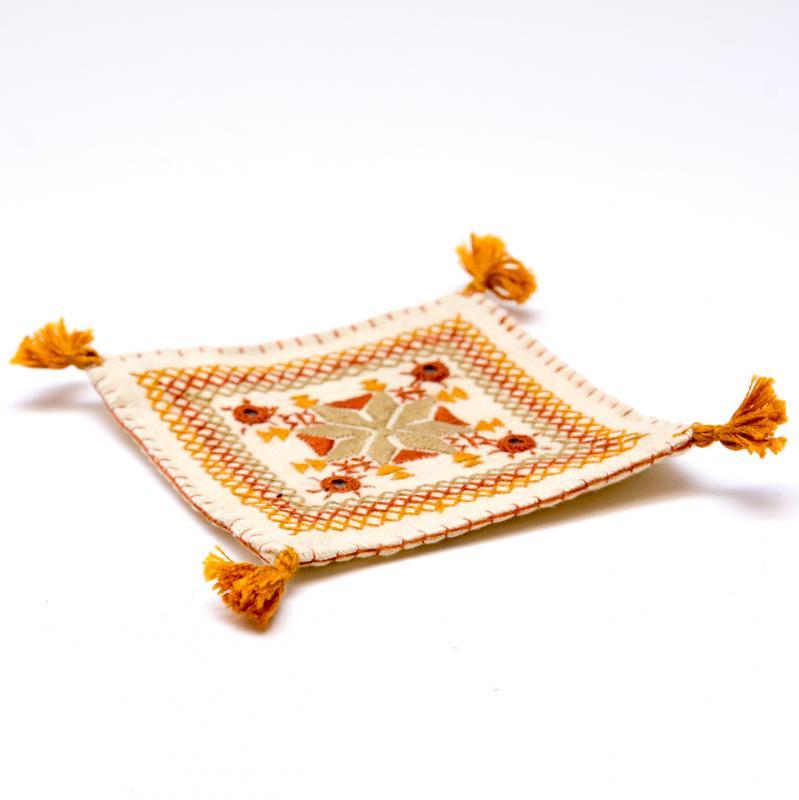 画像2:インドのミラーワーク刺繍コースター(ライトブラウン)