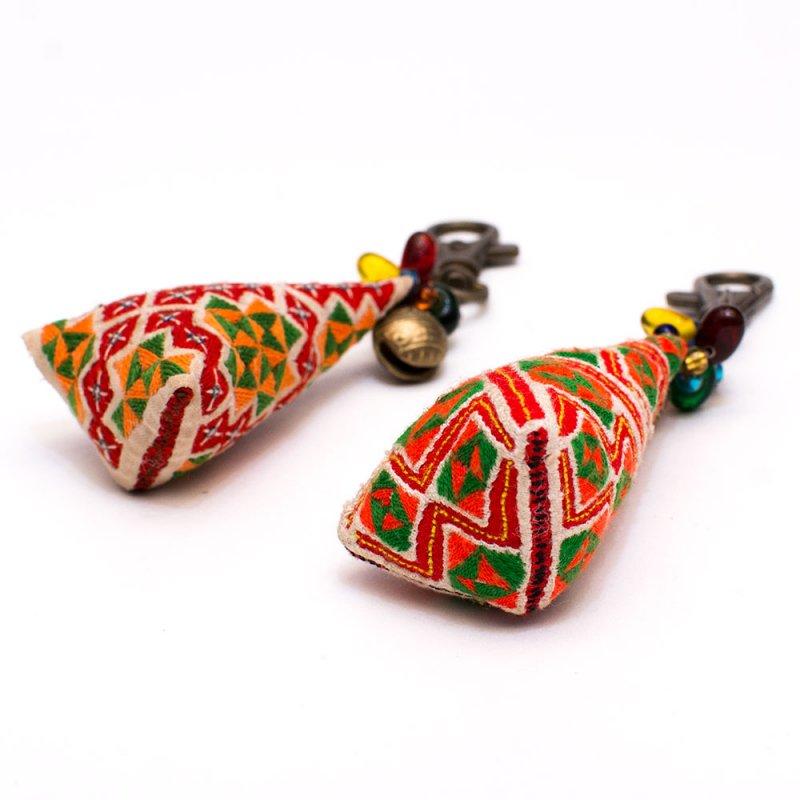 画像3:ThongPua モン族刺繍古布のキーホルダー(三角錐) Type.5