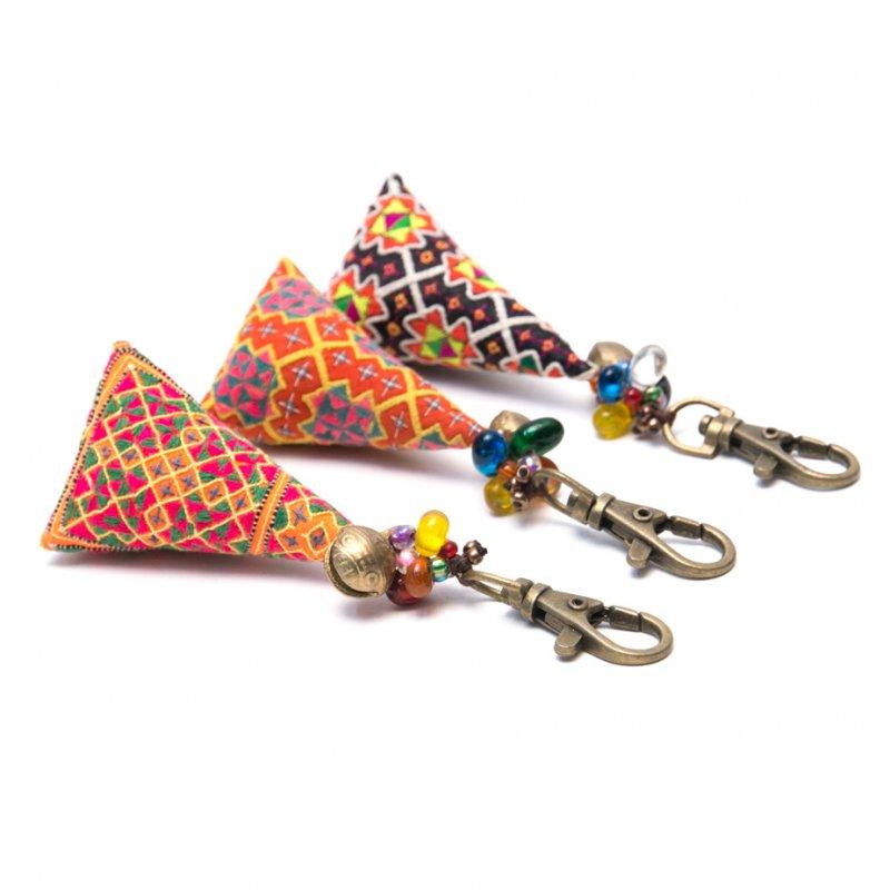 画像2:ThongPua モン族刺繍古布のキーホルダー(三角錐) Type.6
