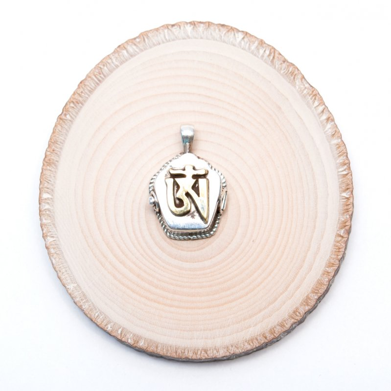 画像2:観音菩薩の真言「OM」が刻まれたガウペンダント