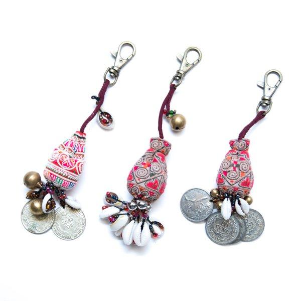 ThongPua 中国モン族(苗族)ヴィンテージ刺繍のキーホルダー