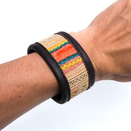 Rangmai 中国モン族(苗族)の刺繍古布を使用したレザーブレスレット