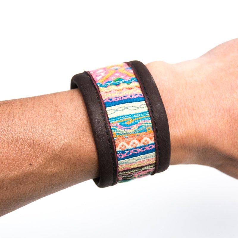 Rangmai モン族ヴィンテージ刺繍布を使用したレザーブレスレット