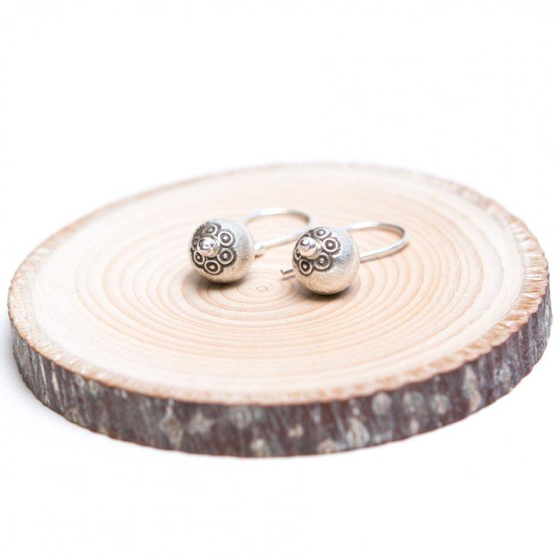 【カレン族シルバー】美しいスタンプワークの丸玉ピアス