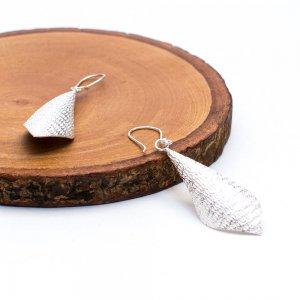 【カレン族シルバー】白く輝くうろこ形状のシルバーピアス