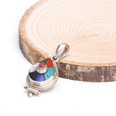 【チベット密教仏具】ネパールの色使いが美しいペンダントトップ