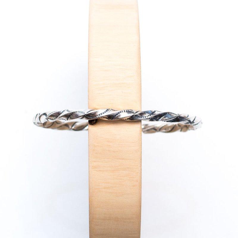 【カレン族シルバー バングル】曲線が美しいねじりデザイン