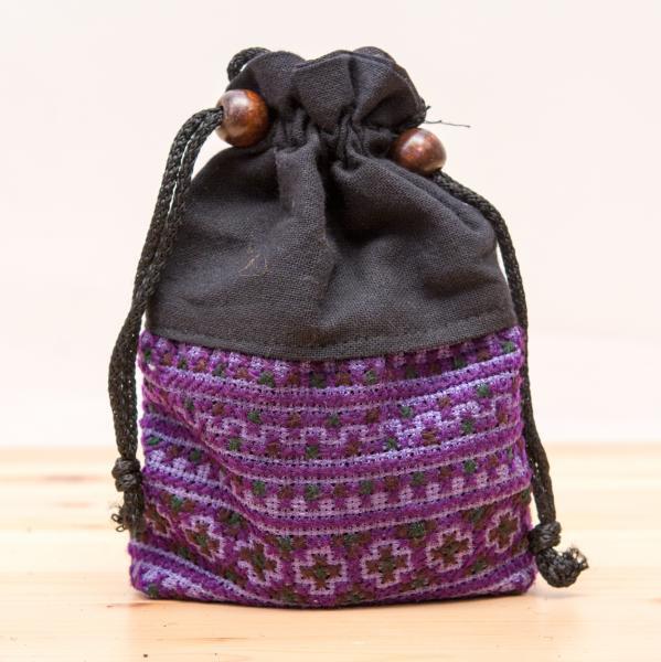 【モン族雑貨】民族刺繍入り巾着ショルダーポーチ(紫)/タイ山岳少数民族