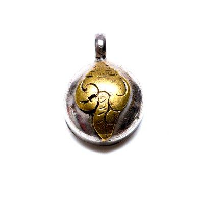 画像2:【チベット密教仏具】法螺貝(シャンカ)が刻まれたガウペンダント/シルバー925