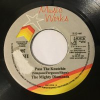 MIGHTY DIAMONDS / PASS THE KOUTCHIE