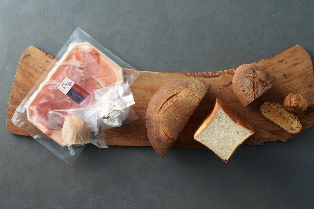 わざわざのパンと 生ハム・チキンハム・チーズのセット