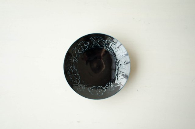 瑠璃磁陽刻牡丹 7.5寸皿 阿部春弥