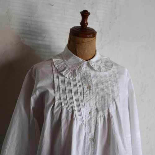 <img class='new_mark_img1' src='https://img.shop-pro.jp/img/new/icons14.gif' style='border:none;display:inline;margin:0px;padding:0px;width:auto;' />early 20th century cotton blouse / V字タックの手刺繍ブラウス
