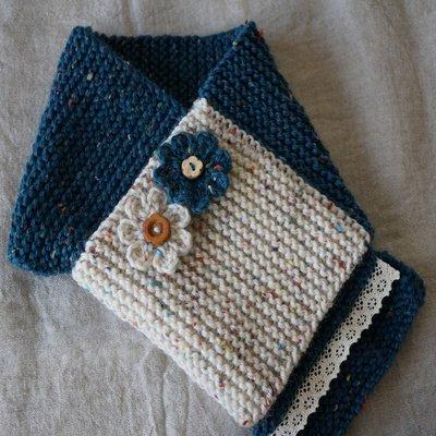 手編みマフラー/ブルー(花バッジ付)[mon chu chu]