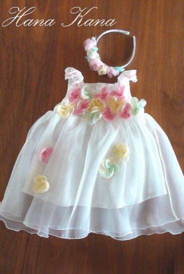 結婚式のフラワーガールやリングガールにぴったりのドレスとカチューシャのセットです☆ 3色のカラフルな色のお花はオリジナルで1つ1つ手作りです。