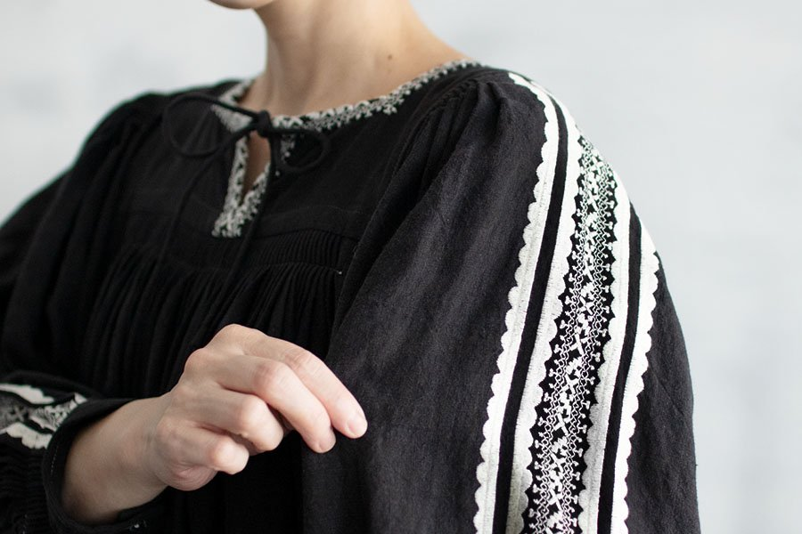 TOWAVASE 「Coquille」刺繍スモックドレス BLACK