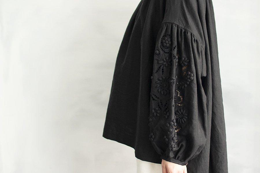 TOWAVASE 「champ de fleurs」刺繍スモックブラウス BLACK