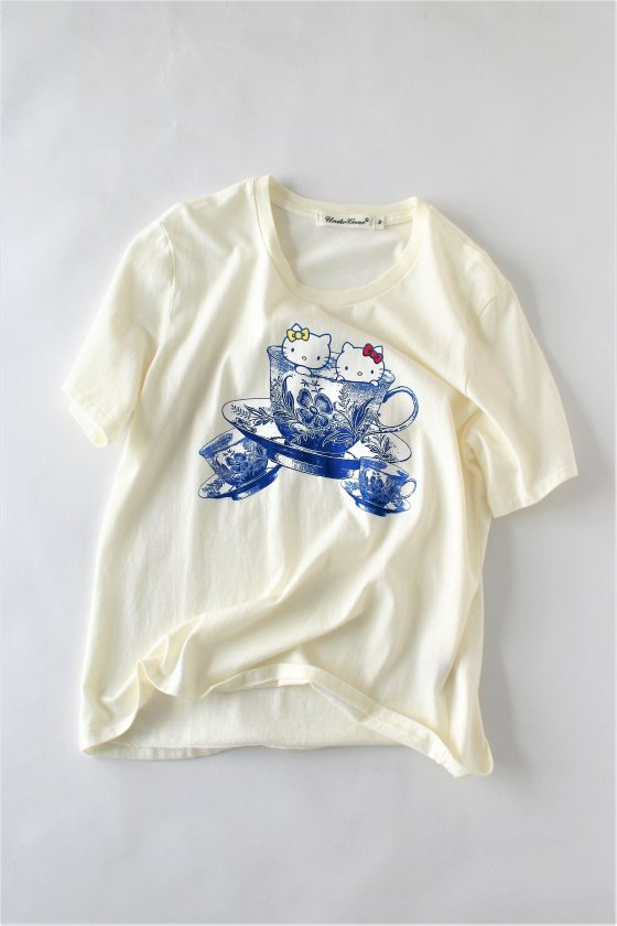"""UNDERCOVER×Hello Kitty / <span style=""""color:#ff0000""""><b>40%OFF</b></span><br />Tシャツ""""Kitty Cup""""CR"""