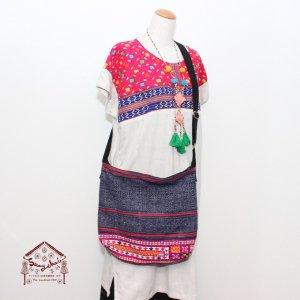 モン族刺繍とろうけつ染めの斜め掛けバッグ(ピンク)