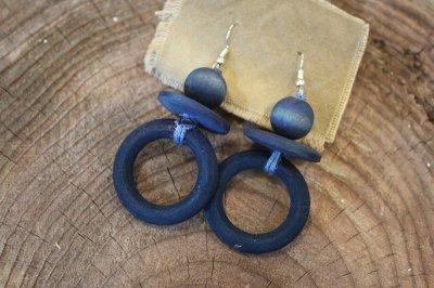 藍染ウッドビーズの耳飾り