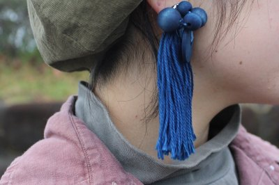 藍染ウッドビーズとタッセルの片耳飾り