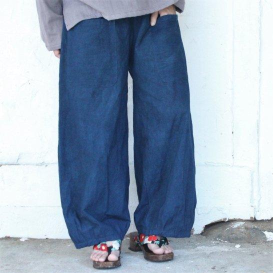 やわらか木綿のタックバルーンパンツ《紺鉄色》