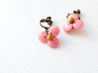 こっくりとしたピンクの三つ花イヤリング