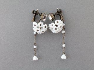 小花のイヤリング(ホワイト)