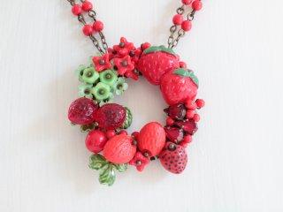 イチゴのリースのネックレス