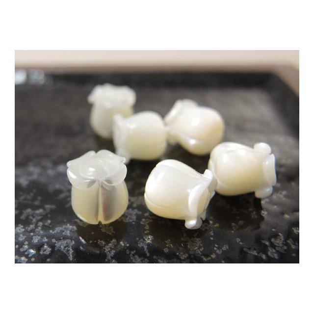 ホワイト シェル フラワー 彫刻 スズラン 大きさ8x8mm 【シェル】【貝】【アクセサリーパーツ】【ハンドメイド素材】, ビーズ&アクセサリーパーツ Piece * ピース