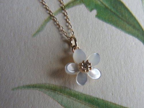 K10YG:白蝶貝のフラワーネックレス
