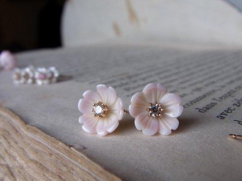 K10YG:コンク貝のさくら咲くピアス
