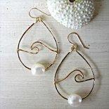 ホワイト パール ウェーブ ピアス ゴールド [ Pukoa Pacific Pearls / ハワイ ] [海外受注]