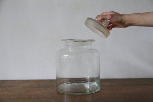 ガラスの蓋つき瓶