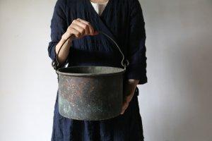 銅の古ぼけたバケツ