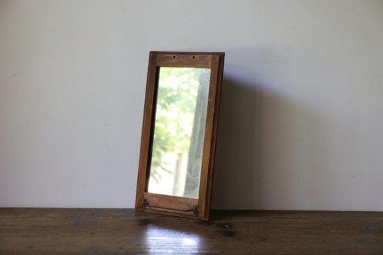 <img class='new_mark_img1' src='https://img.shop-pro.jp/img/new/icons8.gif' style='border:none;display:inline;margin:0px;padding:0px;width:auto;' />ひっかけのついた木枠の鏡