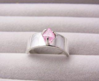 ピンクスピネル結晶のリング