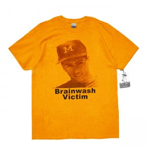 <img class='new_mark_img1' src='https://img.shop-pro.jp/img/new/icons5.gif' style='border:none;display:inline;margin:0px;padding:0px;width:auto;' />DEAR, BRAINWASH VICTIM TEE / GOLD (ディアー/ Tシャツ)