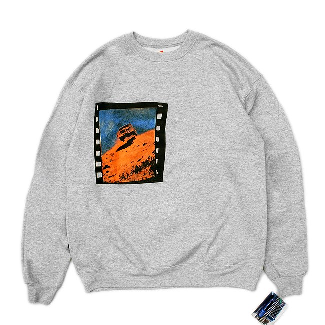 <img class='new_mark_img1' src='//img.shop-pro.jp/img/new/icons5.gif' style='border:none;display:inline;margin:0px;padding:0px;width:auto;' />DEAR, CAR FILM STILL CREWNECK SWEAT / HEATHER GREY (ディアー/ クルーネックスウェット)