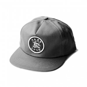 <img class='new_mark_img1' src='//img.shop-pro.jp/img/new/icons5.gif' style='border:none;display:inline;margin:0px;padding:0px;width:auto;' />HARDLUCK SHIELD 5PANEL SNAPBACK CAP/ CHARCOAL (ハードラック 5パネルキャップ)