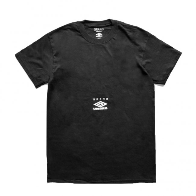 <img class='new_mark_img1' src='https://img.shop-pro.jp/img/new/icons5.gif' style='border:none;display:inline;margin:0px;padding:0px;width:auto;' />GRAND COLLECTION X Umbro Tee / BLACK (グランドコレクション Tシャツ / 半袖)