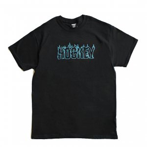 <img class='new_mark_img1' src='https://img.shop-pro.jp/img/new/icons1.gif' style='border:none;display:inline;margin:0px;padding:0px;width:auto;' />HOCKEY UP IN FLAMES TEE / BLACK (ホッキー 半袖Tシャツ)
